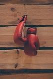 Gants de boxe sur le mur Photographie stock