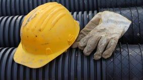 Gants de casque antichoc et de travail dans le chantier de construction Photos libres de droits