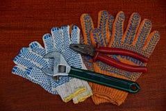 Gants de construction et vieux outils sur la table photo libre de droits