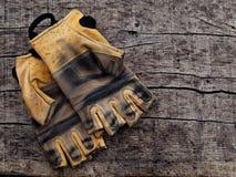 Gants de Ferrata sur la texture en bois Image stock
