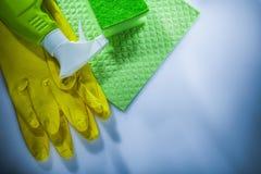 Gants de sécurité de pulvérisateur d'éponge de gant de toilette de ménage sur le backgr blanc photographie stock libre de droits
