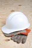 Gants de travail et casque antichoc images libres de droits