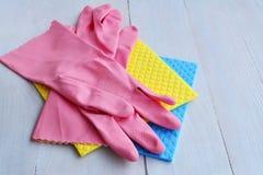 Gants en caoutchouc de ménage et vêtements absorbants de chiffon- d'éponge photo libre de droits