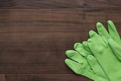 Gants en caoutchouc verts de nettoyage image libre de droits