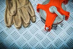 Gants en cuir de sécurité mesurant la bande sur le feuillard cannelé photos stock