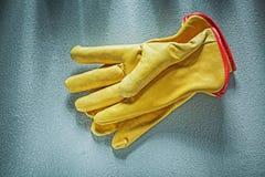 Gants en cuir de sécurité sur le concep concret de construction de fond Photos libres de droits