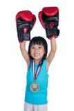 Gants et célébration de boxe de port chinois asiatiques de petite fille images stock