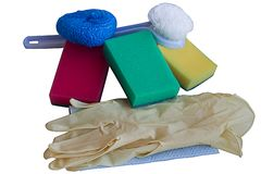 Gants, fraise, éponges, accessoires pour les plats de lavage, d'isolement sur le blanc photographie stock