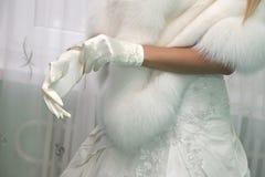 gants nuptiales de robe de jeune mariée photos stock