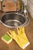 Gants pour les plats de lavage Image libre de droits