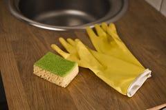 Gants pour les plats de lavage Images libres de droits