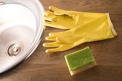 Gants pour les plats de lavage Photos stock