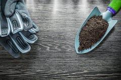 Gants protecteurs de jardinage de sol fertile de pelle de main Photographie stock libre de droits