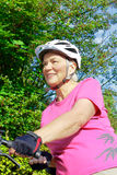 Gants supérieurs de casque de bicyclette de femme Photos libres de droits