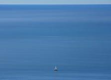 Ganz alleine auf einem leeren Ozean stockfoto