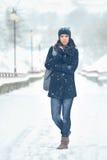 Ganzaufnahme der attraktiven Frau im Winterpark Lizenzfreies Stockbild