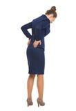 Ganzaufnahme der Geschäftsfrau, die Rückenschmerzen hat Lizenzfreie Stockbilder