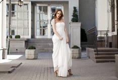 Ganzaufnahme der schönen vorbildlichen Frau mit den langen Beinen lizenzfreies stockbild