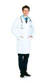 Ganzaufnahme des Doktors, der auf einem Weiß steht Stockfotografie