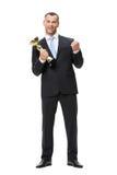 Ganzaufnahme des Geschäftsmannes mit goldener Schale Lizenzfreie Stockfotografie