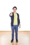 Ganzaufnahme des glücklichen Mannes stehend, zeigend Daumen lizenzfreies stockfoto
