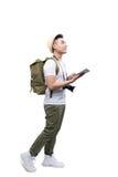 Ganzaufnahme des glücklichen touristischen Mannes, der Tablette auf Weiß verwendet Lizenzfreie Stockfotografie