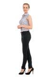 Ganzaufnahme des jungen Geschäftsfraulächelns Stockfoto