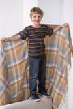 Ganzaufnahme des Jungen mit Decke Stockfotografie