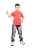 Ganzaufnahme des kleinen Jungen einen Daumen aufgebend Lizenzfreie Stockfotografie