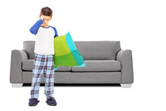Ganzaufnahme des schläfrigen Jungen in den Pyjamas, die in der Front stehen Stockfotos