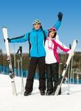 Ganzaufnahme des Umarmens von Skifahrern Stockbild