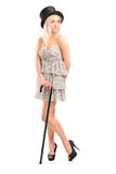 Ganzaufnahme einer jungen Frau mit einem Stock und einem Zylinder PO Lizenzfreie Stockbilder