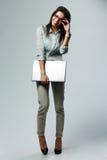 Ganzaufnahme einer jungen lächelnden Geschäftsfrau, die Laptop hält Lizenzfreies Stockbild