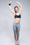 Ganzaufnahme einer lächelnden sportlichen Frau stockfotografie