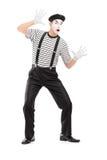 Ganzaufnahme einer männlichen Pantomimekünstlerausführung Lizenzfreies Stockbild