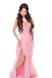 Ganzaufnahme einer reizenden Frau im romantischen rosa Kleid ist Stockbild
