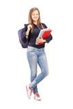 Ganzaufnahme einer Studentin mit dem Rucksack, der n hält Stockbilder