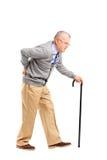 Ganzaufnahme eines älteren Herrn, der mit Stock geht und Lizenzfreie Stockfotos