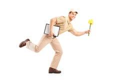 Ganzaufnahme eines Briefträgers, der Blumen liefert Stockfotos