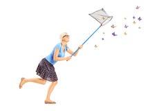 Ganzaufnahme eines Frauenbetriebs und der anziehenden Schmetterlinge Lizenzfreie Stockbilder