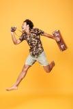Ganzaufnahme eines glücklichen afrikanischen Mannes im Sommer kleidet Stockfotos