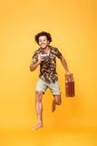 Ganzaufnahme eines glücklichen afrikanischen Mannes im Sommer kleidet Stockbilder