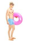 Ganzaufnahme eines Kerls kurz gesagt einen Schwimmring halten Lizenzfreies Stockfoto
