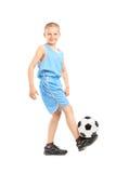 Ganzaufnahme eines Kindes, das mit einem Fußball spielt Lizenzfreie Stockfotografie