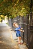 Ganzaufnahme eines kleinen Mädchens, das an zum Eisen für hält stockbild