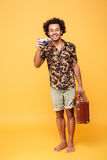 Ganzaufnahme eines lächelnden afrikanischen Manntouristen Stockfotografie