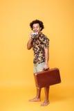 Ganzaufnahme eines lächelnden netten afroen-amerikanisch Mannes Stockfotos