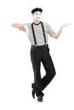 Ganzaufnahme eines männlichen Pantomimekünstlers, der mit der Hand gestikuliert Lizenzfreies Stockfoto