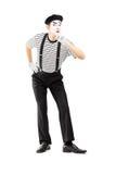 Ganzaufnahme eines männlichen Pantomimekünstlers, der Ruhe gestikuliert Stockfoto