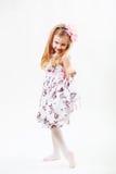 Ganzaufnahme eines netten kleinen blonden Mädchentanzens stockfotos